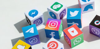 Íconos de redes sociales en cubos.